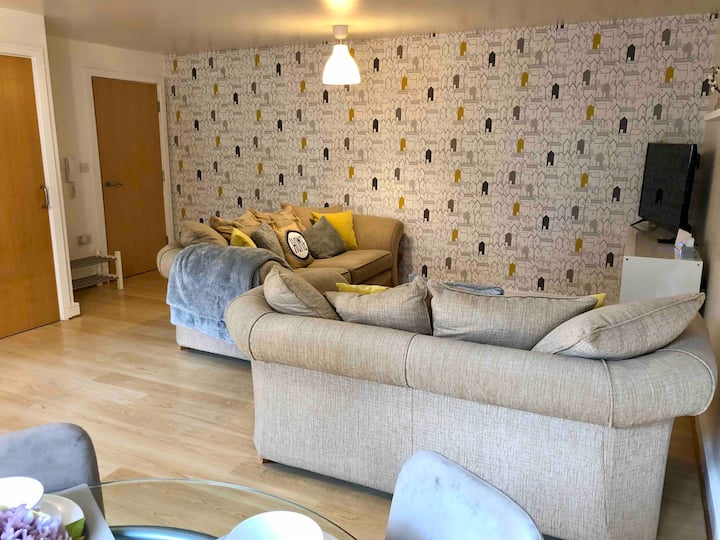 Bright and stylish 2 bedroom flat- Free parking