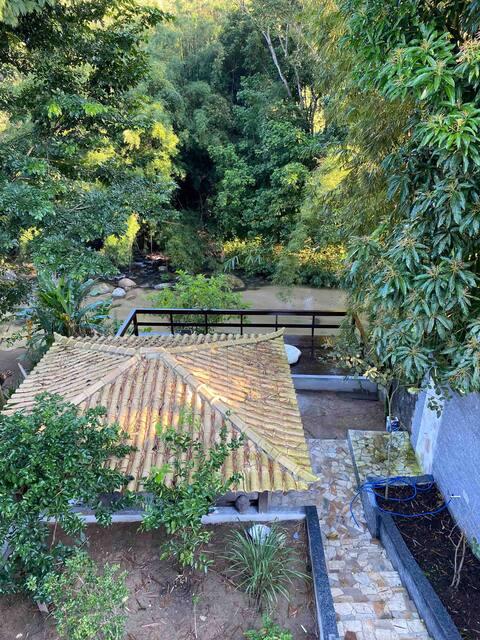 Casa com vista p/ rio. área externa compartilhada