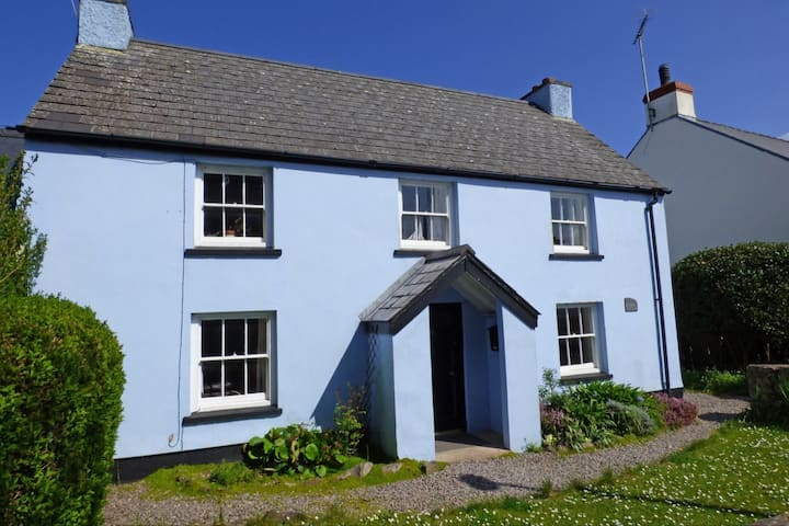 Family-friendly cottage minutes from the beach
