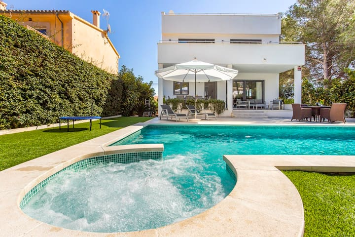 Villa Neptuno next to the beach and fancy Port Adriano in Mallorca