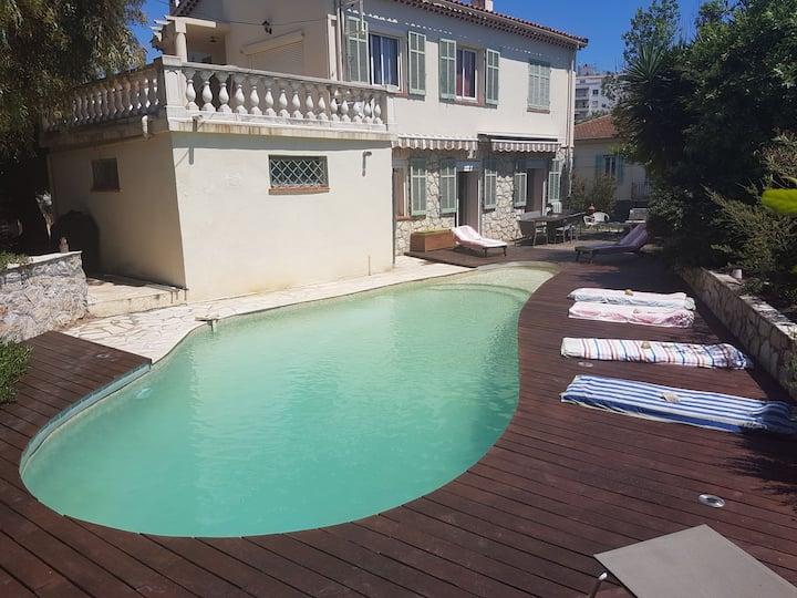 Villa au calme  centre Antibes/15 min de Cannes.