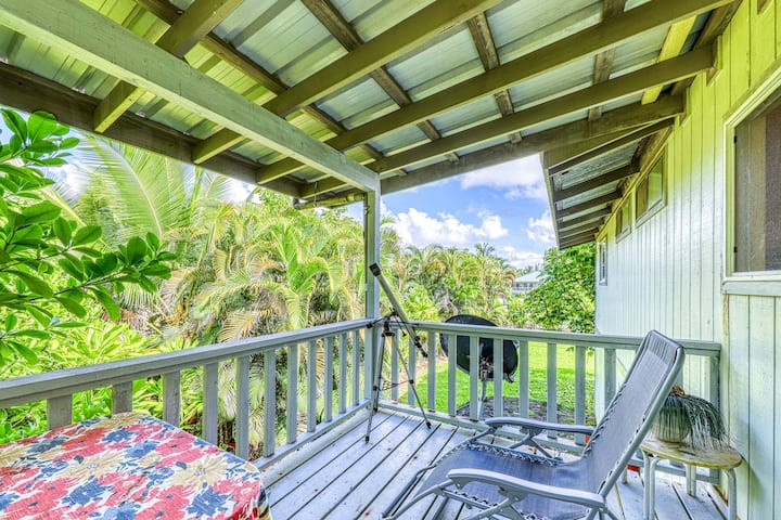 Breezy, updated home w/ lava rock lanai - 1 block to the ocean!