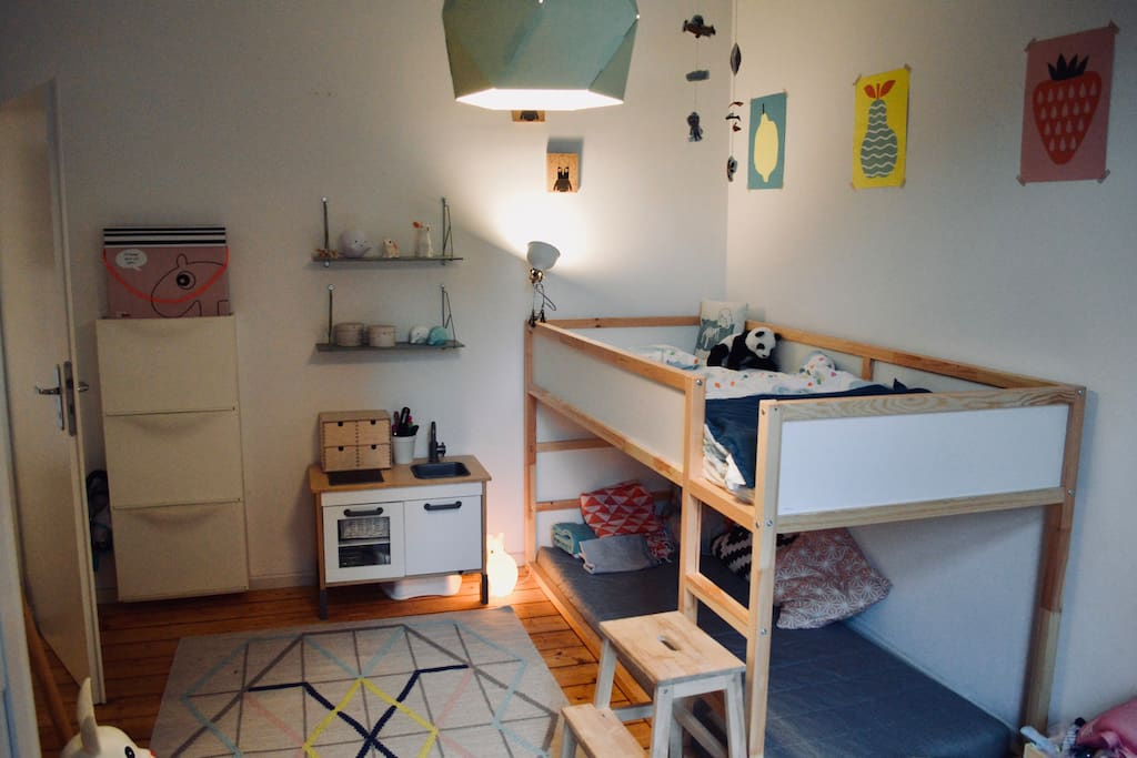 Kinderzimmer mit Kinderbett