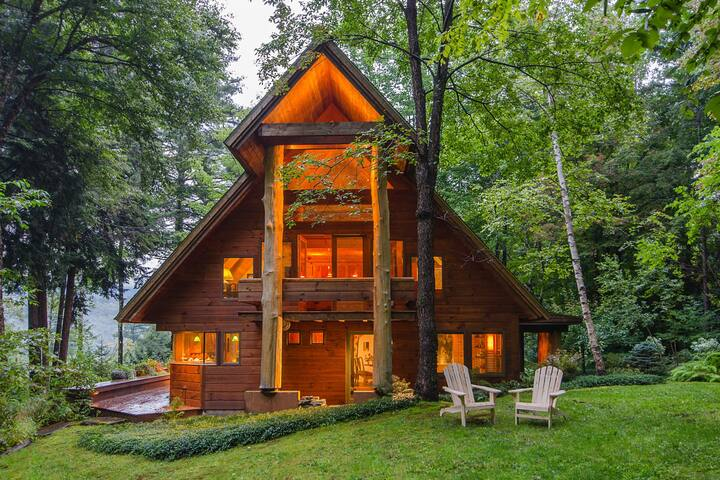 Beautiful & unique lodge w/furnished deck & views - near skiing