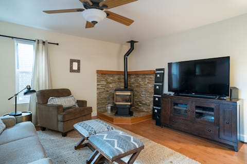 A Mountain Escape - Large Cozy Home w/ Hot Tub