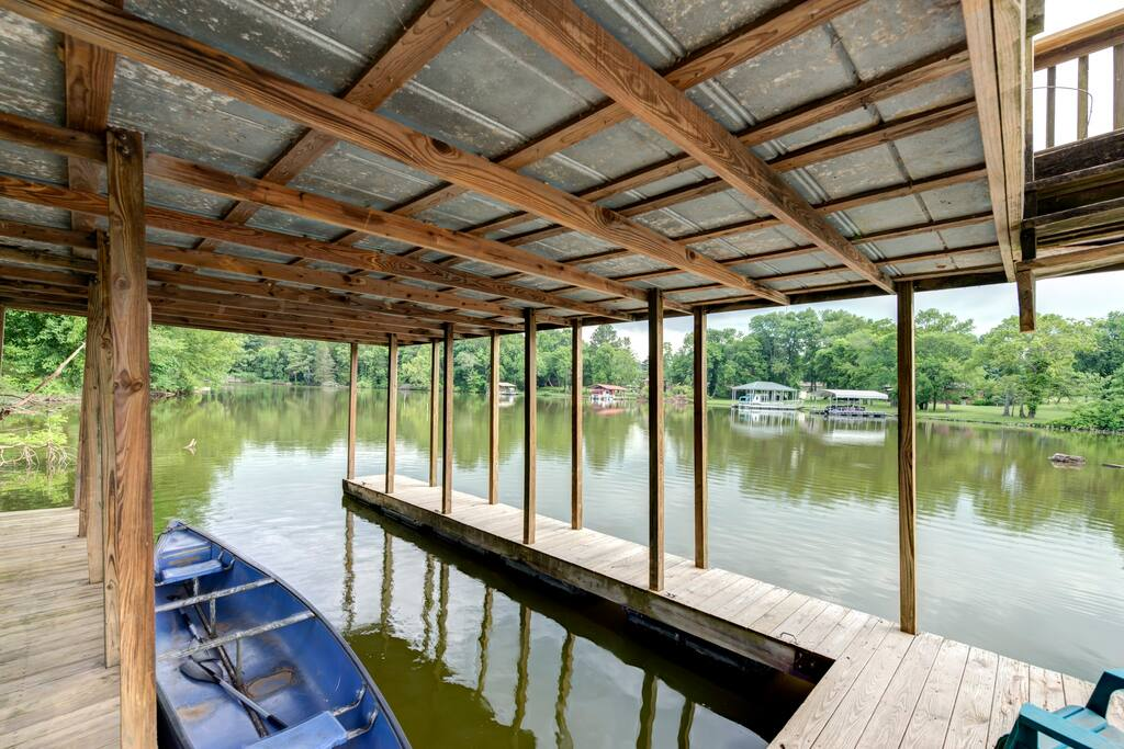 Dock with canoe available to use by guest