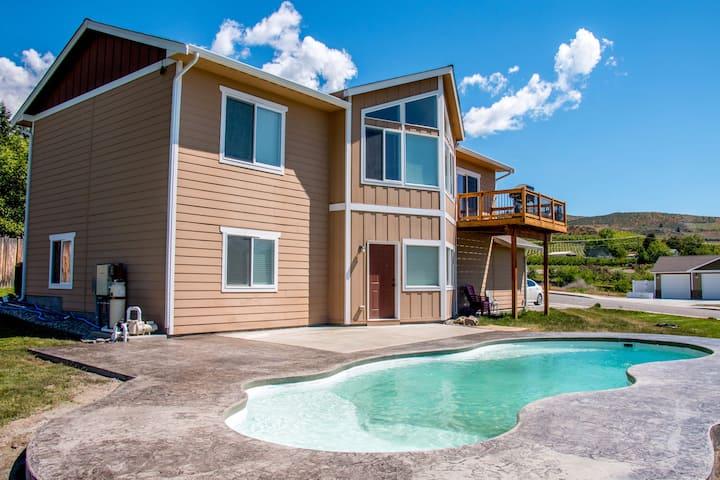 Amazing Lake Views, Heated Pool and Game Room