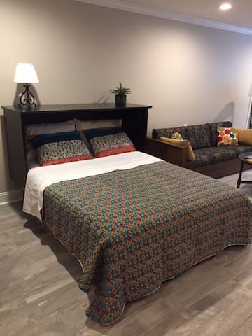 5-star Daylight Basement Suite w/Private Entrance