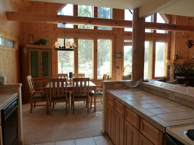 Beautiful 3 bd. Eagle Crest Chalet on Golf Course