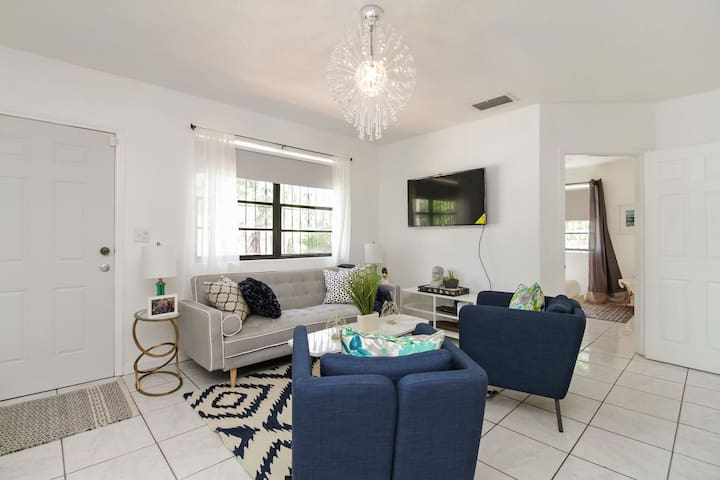 Wynwood left townhome - Private & Sanitized, Pet friendly. Large discount during pandemic, check out our reviews! Super-host support!