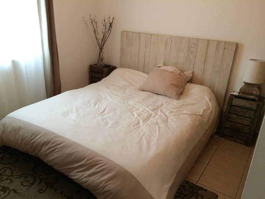 lit en 160 a memoire de forme avec petite télé