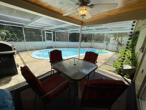 Mermaid's Den, 3-bedroom, pool & lush backyard