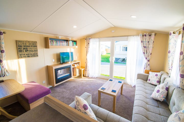 SP150 - Camber Sands Holiday Park - Sleeps 8 - 3 Bedrooms - En-suite - Decking - Private Parking