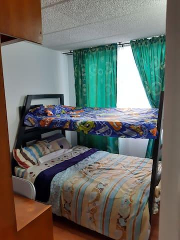 Habitacion , con camarote, o Litera cama de abajo  con medidas de 1.20 , y cama de arriba de un metro.