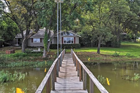 Lakefront 2BR Fort Worth House w/Private Dock! - Fort Worth - Rumah