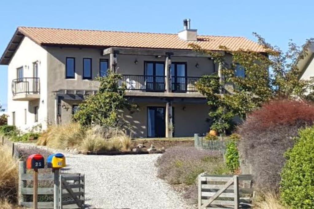 Tuscan villa straw bale maisons louer lake hawea - La villa rahimona en nouvelle zelande ...