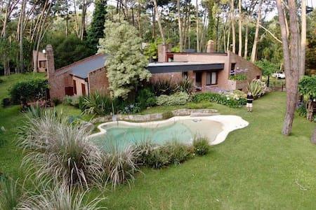Casa de gran tamaño con parque y piscina