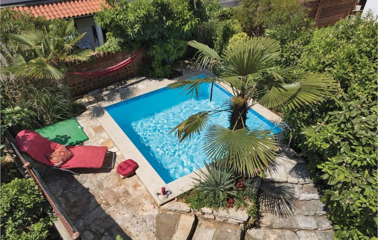Holiday apartment in Pula with pool