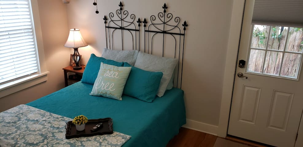 Near Downtown, Travelers Haven, Private and Clean