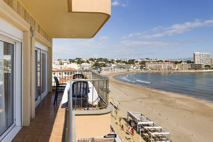 Apartment with sea views, on the beach
