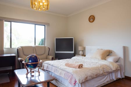 Comfortable room with SECURE PARKING - Earlwood