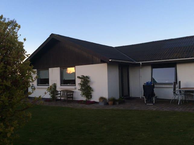 Familievenlig villa med stor have, 5 km fra strand
