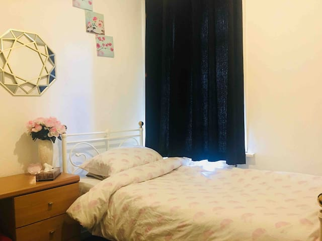 Private room, near Bolton St, Uni, Town, shops,etc