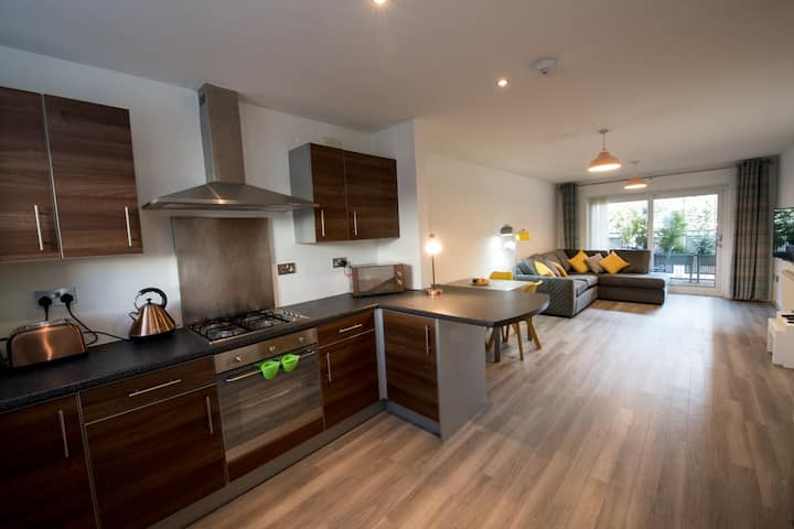 Modern city centre apartment with free parking