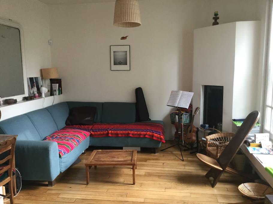 Salon avec cheminée avec foyer fermé .canape natuzzi