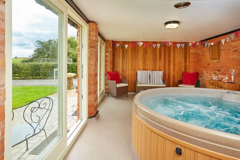 The Swallows Cottage and Hot Tub