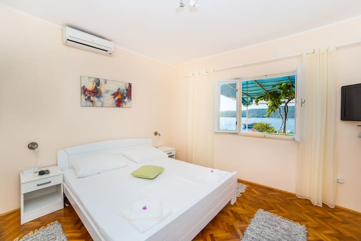 Bedrooms (180 x 200) with air conditioning