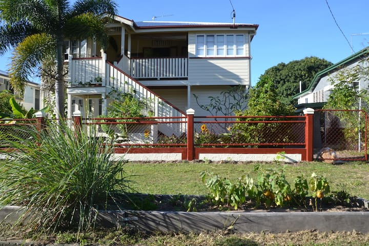 Mateika 3, Traditional Queenslander - Parramatta Park - Penzion (B&B)