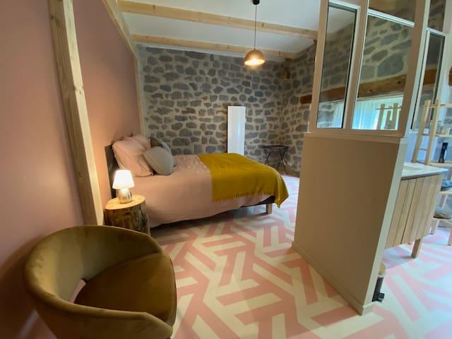 Chambre Rose avec lit double et douche à italienne. Wc à part.