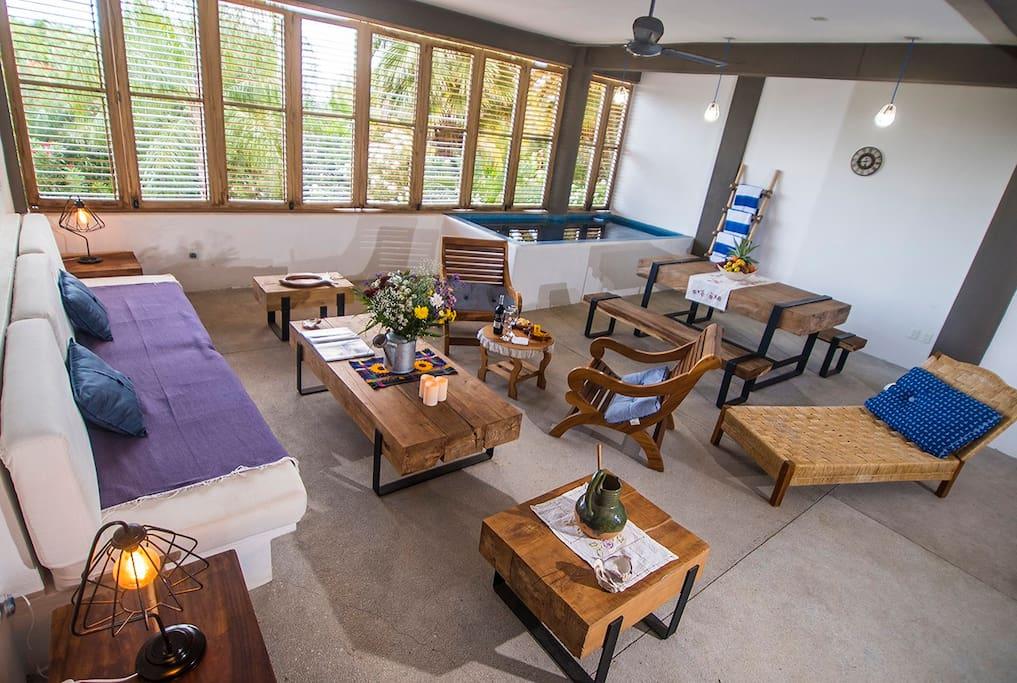 Vista del living comedor con chapoteadero y amplísimos ventanales.