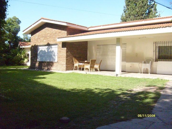 Gran casa confortable con amplio jardín y pileta