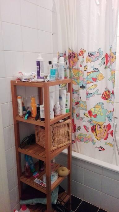 Wir haben auch eine Badewanne! We also have a bathtub which you are free to use :)