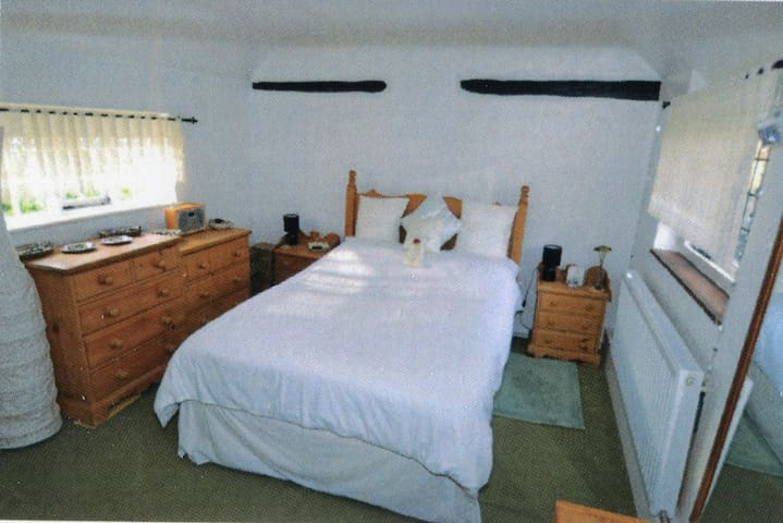 Character 3 Bedroom Cottage - House & Garden Share