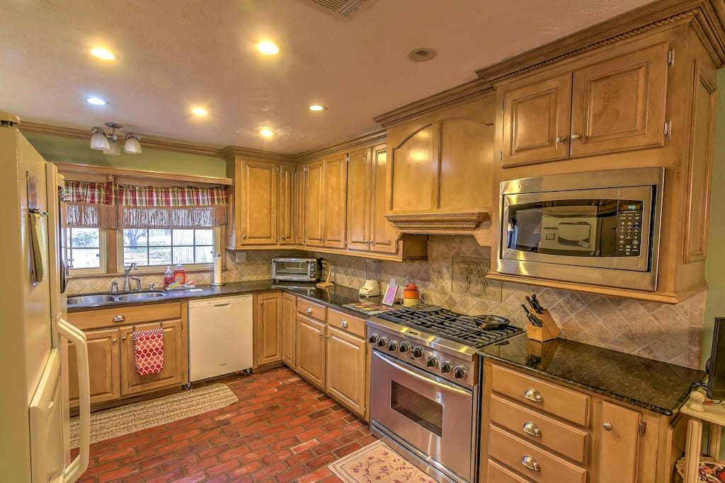 The chef of the group will love the gourmet kitchen, equipped with all the necessary cooking appliances.