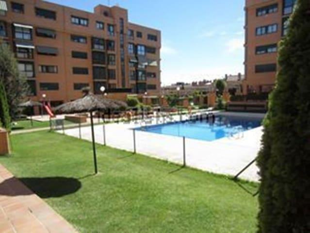 Habitación privada con desayuno y piscina.