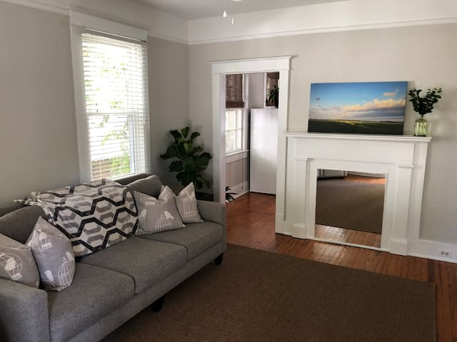 Charming 2 Bedroom Bungalow- Downtown Charleston