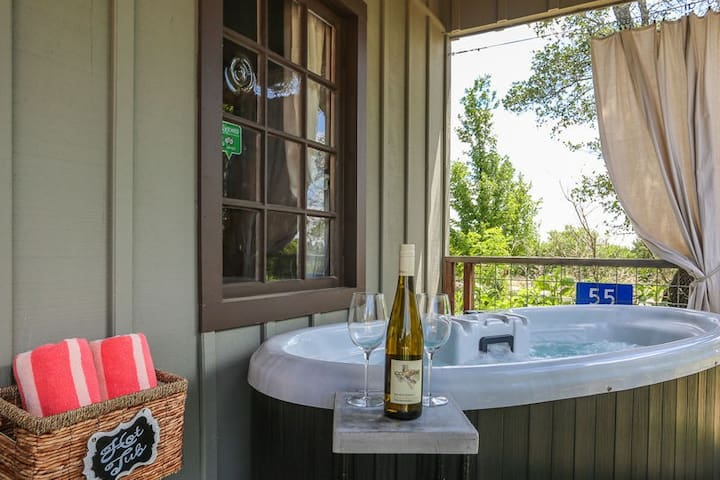 Absolutely Charming Morning Mimosa, Close to town, Hot tub, Full Kitchen!
