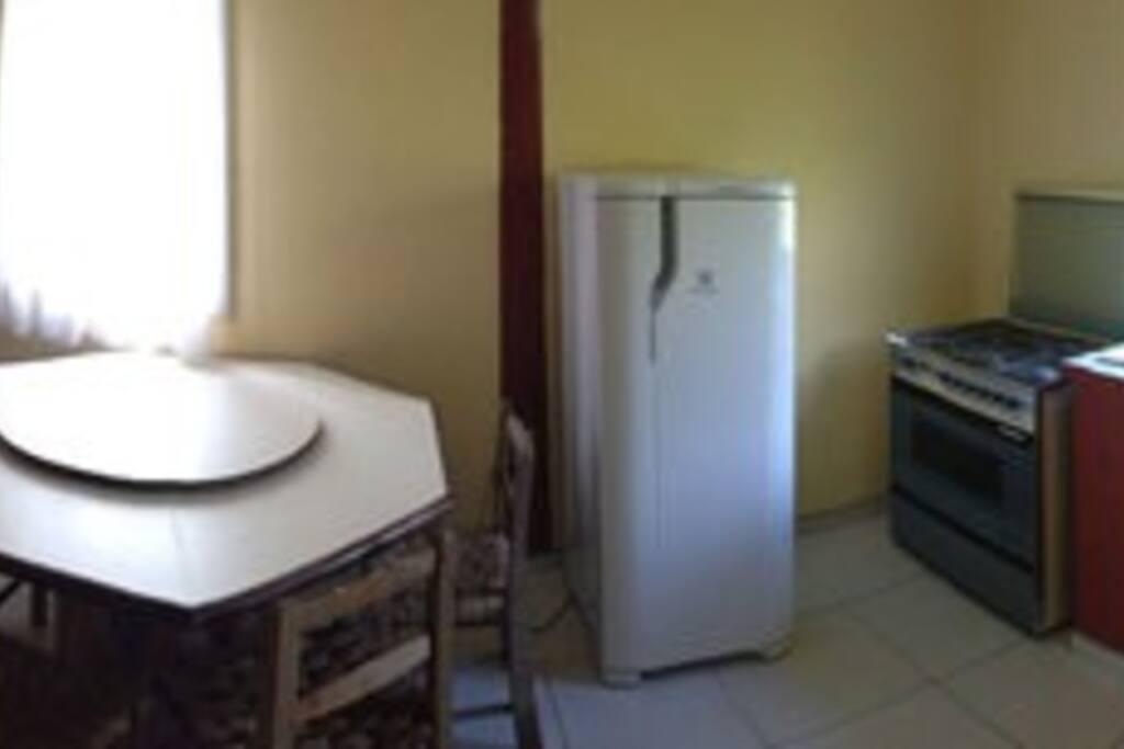 Sala com TV 29 e cozinha completa, simples, mas confortável.