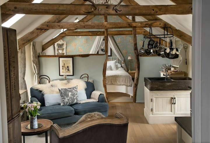Romantic Bijou Loft with Hot Tub by Cornish Coast