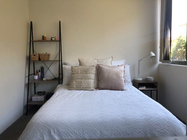 Peaceful Private Room. 2min walk from Bronte Beach