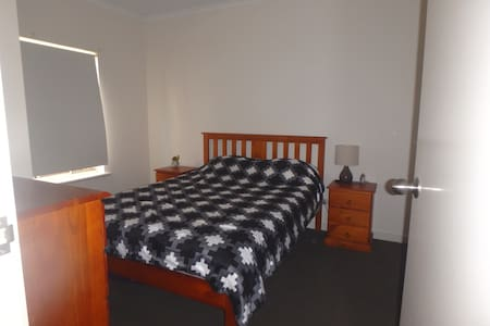 Modern private room - close to beach & city - Largs North