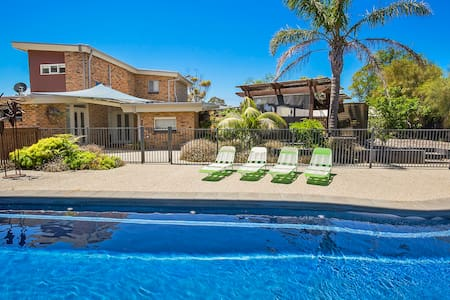 Entertainer's retreat RYE, gas heated pool, FOXTEL