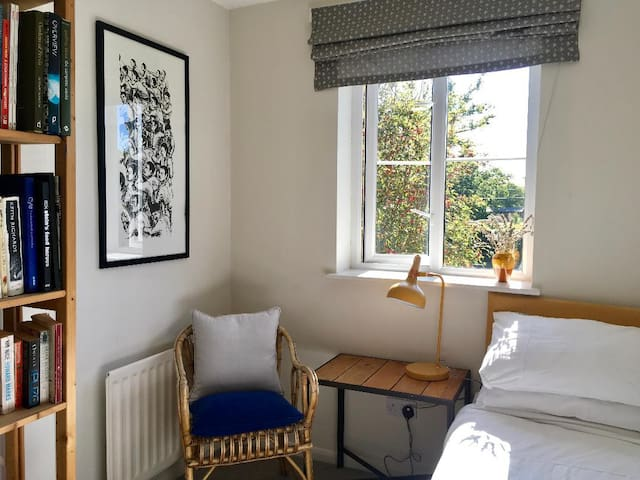 Comfy, small, bright single room in mod house