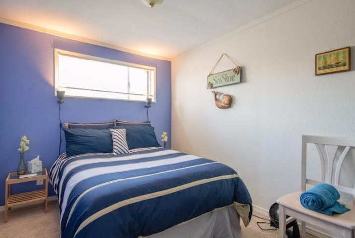 Blue Nautical Room, 10 min drive to downtown