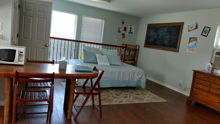 Cozy upstairs apartment near San Antonio/Boerne