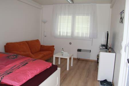 Zimmer, eigener Eingang, Parkplatz - Rumah